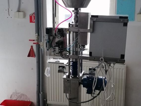 Mechanizovaná plnička so zatváračkou typ POP